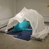 Installointikuva Mielummin hyvis kun pahis-näyttelystä, Galleria 2, Pirkkala, 2017